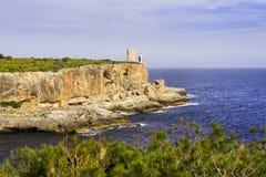 маяк скалы утесистый стоковая фотография rf