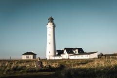 Маяк Hirtshals Fyr в ландшафте Дании северном в заходе солнца Стоковые Изображения RF