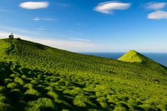 Маяк Kallur, Kalsoy, Фарерские острова стоковое изображение
