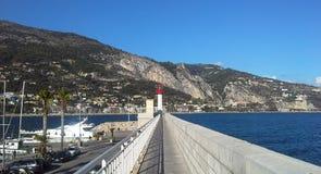 Маяк Menton, коммуна в отделе Alpes-Maritimes в Провансал-Alpes-Коуте региона Azur в юго-восточной Франции стоковая фотография rf