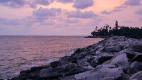 Маяк Thangaserry в побережье с океаном в вечере & x28; dawn& x29; , пейзаж захода солнца стоковые фотографии rf