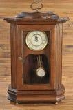 маятник часов изолированный способом старый деревянный Стоковое Изображение RF