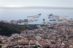 Малага к центру города увиденная от воздуха со своей гаванью. Стоковое Фото