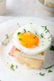 Мадам Croque, яичко, ветчина, сандвич сыра Традиционная французская кухня Стоковая Фотография
