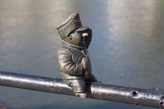 Малая бронзовая статуя хорошего солдата Svejk прикрепленного к поручням на обваловке Kyivska реки Uzh в pho Uzhgorod Украины Стоковое Изображение