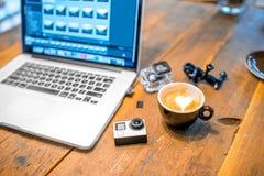 Малая видеокамера действия на таблице Стоковые Изображения RF