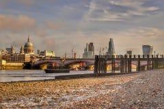 Малая вода Темзы реки горизонта Лондона стоковое изображение