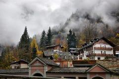 Малая высокогорная улица городка с типичными домами Стоковые Фотографии RF