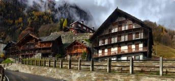 Малая высокогорная улица городка с типичными домами Стоковое Изображение RF