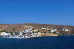Малая гавань в деревне Loutra, острове Kythnos, Кикладах, Греции Стоковое Фото