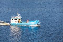 Малая голубая шлюпка груза идет на Балтийское море стоковое фото rf