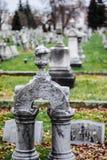 Малая глубина надгробного камня кладбища поля Стоковая Фотография