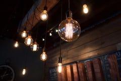 Малая глубина электрических лампочек поля винтажных электрических на переднем плане с деревянными предкрылками на заднем плане Стоковое Изображение
