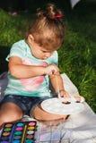 Малая девушка держит палитру акварели Стоковые Изображения RF