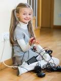 Малая девушка играя с поручая блоками и усмехаться Стоковое Изображение
