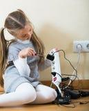 Малая девушка играя с поручая блоками и усмехаться Стоковое Фото