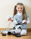 Малая девушка играя с поручая блоками и усмехаться Стоковые Изображения RF