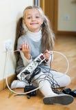 Малая девушка играя с поручая блоками и усмехаться Стоковые Фото