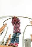 Малая девушка имея потеху на привлекательностях детей Стоковое Изображение
