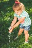 Малая девушка моет ее руки Стоковое Изображение