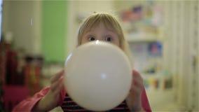 Малая девушка надувая воздушный шар акции видеоматериалы