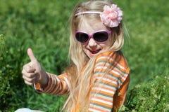 Малая девушка показывая большой палец руки Стоковая Фотография RF