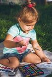 Малая девушка рисует акварелью Стоковое Изображение