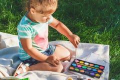 Малая девушка рисует акварелью Стоковые Фото
