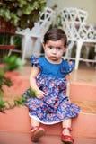 Малая девушка сидит на шагах Стоковая Фотография