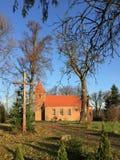 Малая деревенская церковь красного кирпича в Boleszewo Польше Стоковое фото RF