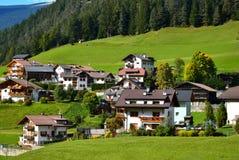 Малая деревня в горах горных вершин осени Стоковое фото RF