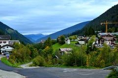 Малая деревня в горах горных вершин Стоковые Изображения