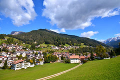 Малая деревня в горах горных вершин Стоковое Изображение