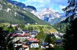 Малая деревня в горах горных вершин Стоковое фото RF