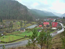 Малая деревня в долине между горами Стоковые Изображения