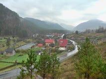 Малая деревня в долине между горами Стоковые Фотографии RF