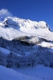 Малая деревня в снеге Идти снег в зиме Эмоциональная девушка Белое Ла Стоковое фото RF