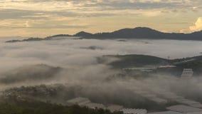 Малая деревня в тумане, где-то около Dalat, Vietnmam Стоковое Фото