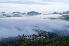 Малая деревня в тумане, некоторых где около Dalat, Вьетнама Стоковые Изображения