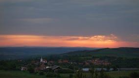 Малая деревня от Трансильвании, земли Дракула, в малой долине, на восходе солнца Красивое небо, оранжевый цвет, спрятанный в обла Стоковые Фотографии RF