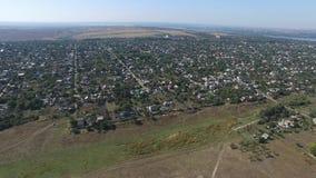 Малая деревня при низкие дома, который извлекли от вида с воздуха сток-видео