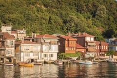 Малая деревня рыболовов на проливе Bosphorus, Стамбуле, Турции Стоковое Изображение