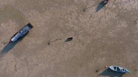 Малая деревянная тайская шлюпка воздушная принимает трутня снятого с влиянием камеры поворачивая HD акции видеоматериалы