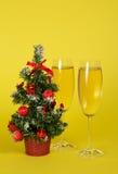 Малая ель рождества в баке, и вино 2 Стоковое Фото