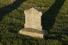 Малая забытая могила на заходе солнца Стоковое Изображение RF