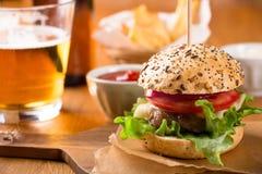 Малая закуска бургера с фраями и пивом Стоковая Фотография