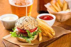 Малая закуска бургера с фраями и пивом Стоковое Фото