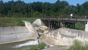 Малая запруда и мост слишком далеко Стоковое фото RF