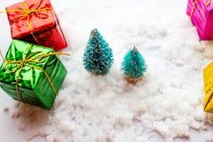 Малая зеленая рождественская елка игрушки 2 на деревянной предпосылке как символ Нового Года с местом для текста, рядом с белизно Стоковые Изображения