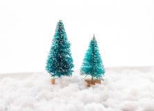 Малая зеленая рождественская елка игрушки 2 на деревянной предпосылке как символ Нового Года с местом для текста, рядом с белизно Стоковые Фото